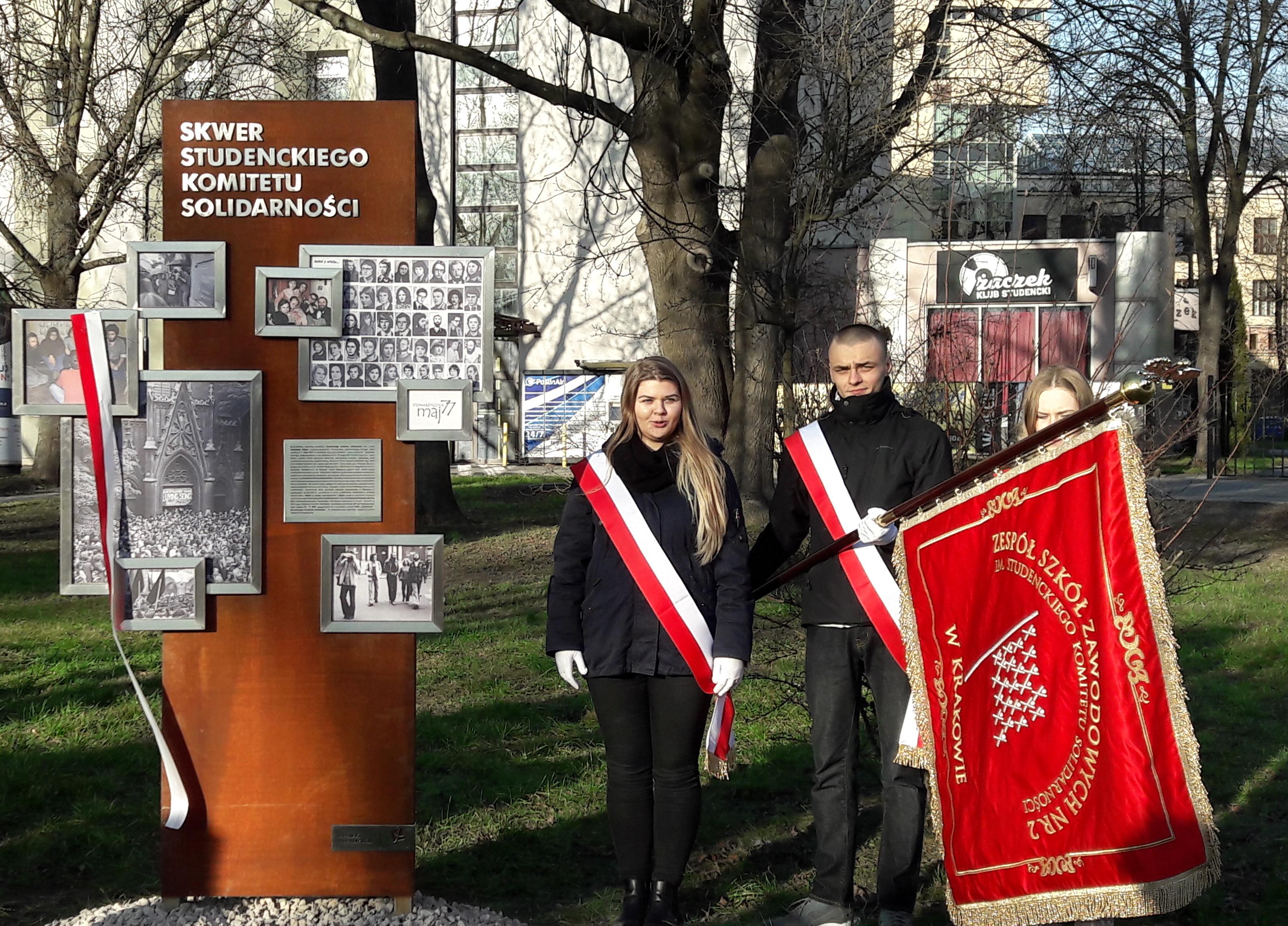 Sztandar naszej szkoły w uroczystości na skwerze im. Studenckiego Komitetu Solidarności
